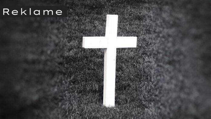 kors på græsplæne